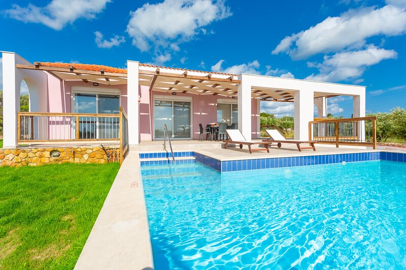 Vatsa Beach Villa: Large Private Pool, Walk to Beach, Sea Views, A/C, WiFi, holiday rental in Kounopetra