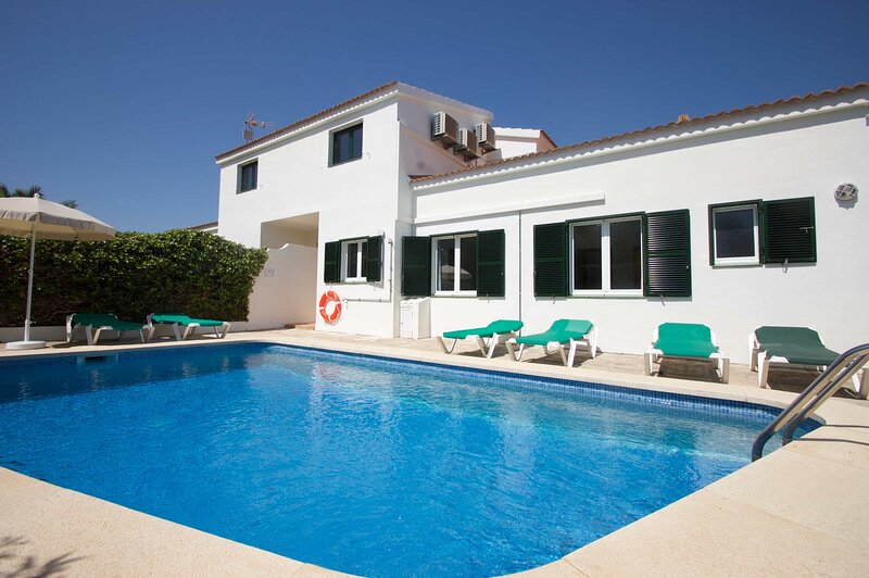 Villa Bini Estrella: Large Private Pool, Walk to Beach, Sea Views, A/C, WiFi – semesterbostad i Sant Climent