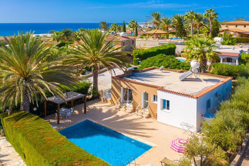 Villa Athina: Large Private Pool, Walk to Beach, Sea Views, A/C, WiFi, holiday rental in Kissonerga