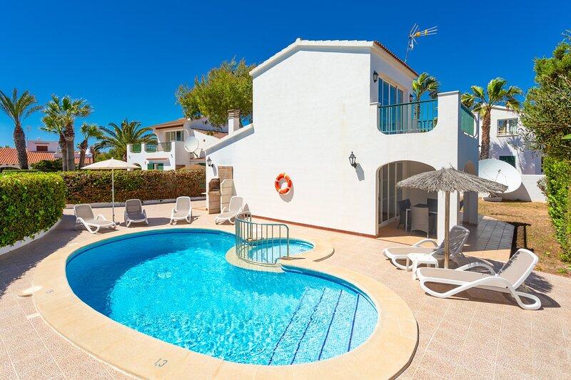 Villa Carolina: Large Private Pool, Walk to Beach, A/C, WiFi, Car Not Required, aluguéis de temporada em Cala'n Forcat