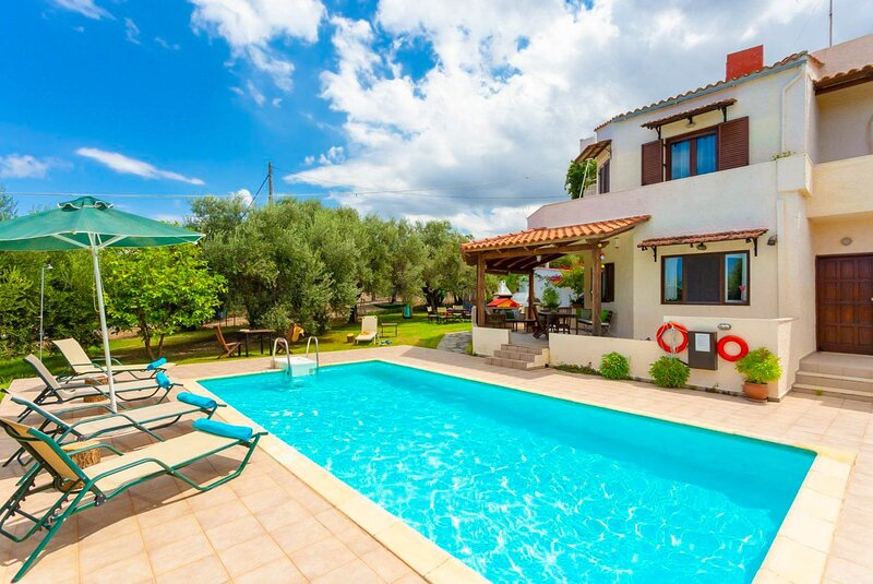 Villa Armi: Large Private Pool, Walk to Beach, Sea Views, A/C, WiFi, location de vacances à Dramia