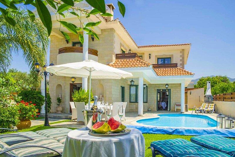 Villa Charianna: Large Private Pool, Walk to Beach, Sea Views, A/C, WiFi, holiday rental in Nea Dimmata