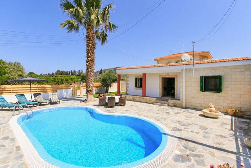 Villa Constantinos: Large Private Pool, Walk to Beach, Sea Views, A/C, WiFi, holiday rental in Nea Dimmata