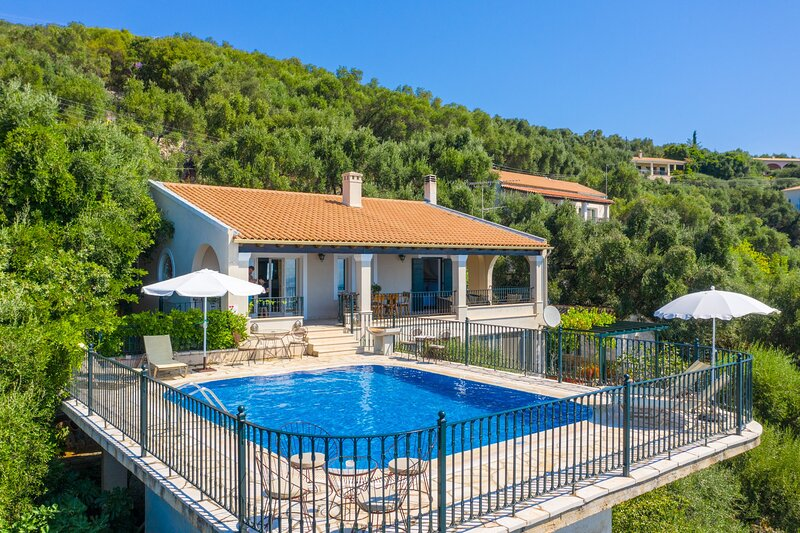 Villa Elpida: Private Pool, Walk to Beach, Sea Views, A/C, WiFi, holiday rental in Agios Stefanos