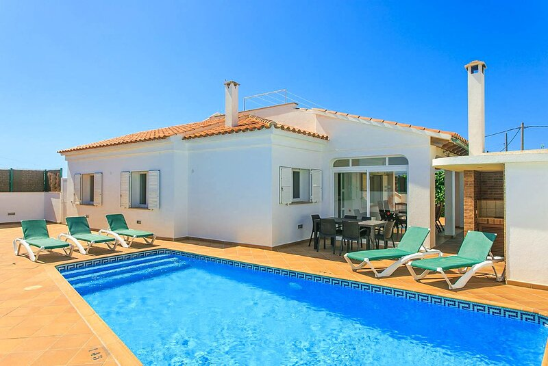 Villa Evelyn: Large Private Pool, Walk to Beach, A/C, WiFi, Car Not Required, location de vacances à Son Vitamina