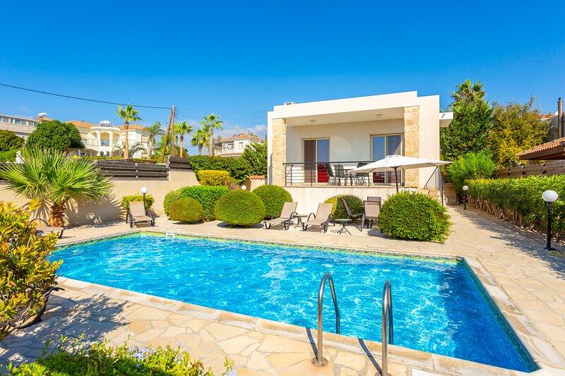 Villa Felice: Large Private Pool, Walk to Beach, Sea Views, A/C, WiFi, holiday rental in Kissonerga