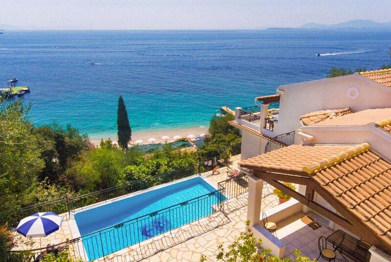 Villa Kerkyroula: Large Private Pool, Walk to Beach, Sea Views, A/C, WiFi, alquiler de vacaciones en Katavolos