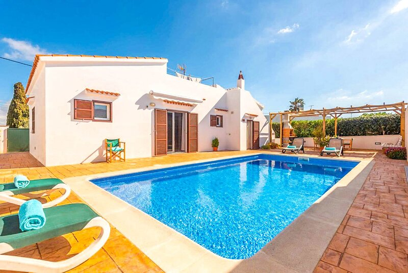 Villa Mari: Large Private Pool, Walk to Beach, A/C, WiFi, Car Not Required, location de vacances à Son Vitamina
