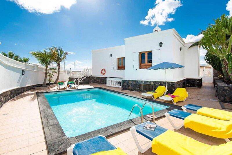 Villa Ramos Dos: Large Heated Private Pool, Sea Views, A/C, WiFi, alquiler vacacional en Puerto Calero