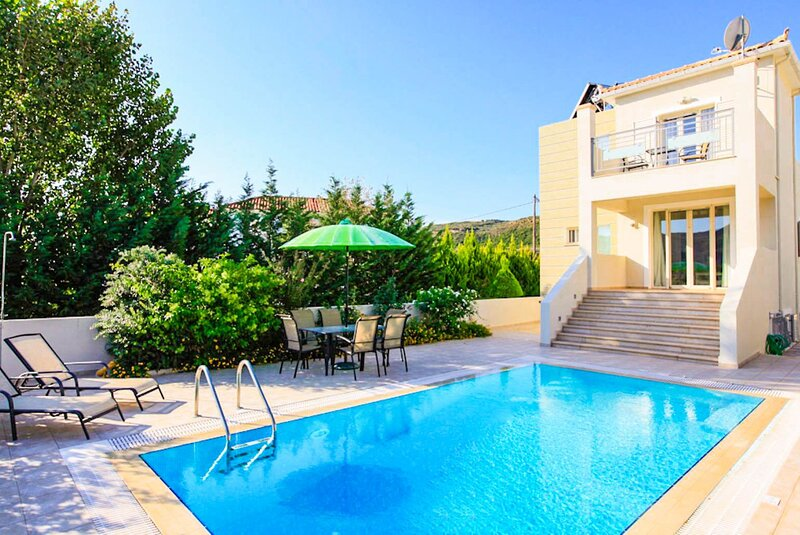 Villa Semeli: Large Private Pool, Walk to Beach, Sea Views, A/C, WiFi, aluguéis de temporada em Katelios