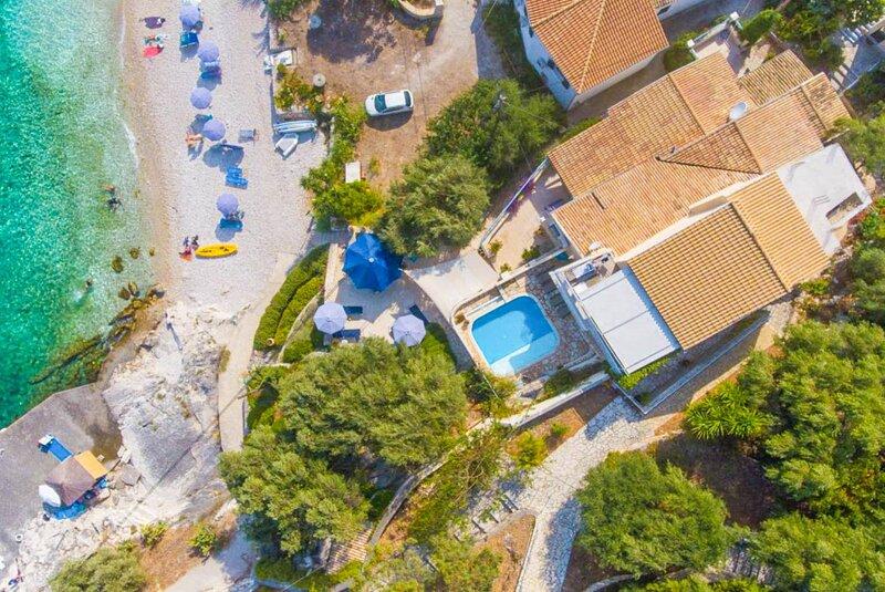 Villa Thalassa: Large Private Pool, Walk to Beach, Sea Views, A/C, WiFi, alquiler de vacaciones en Katavolos