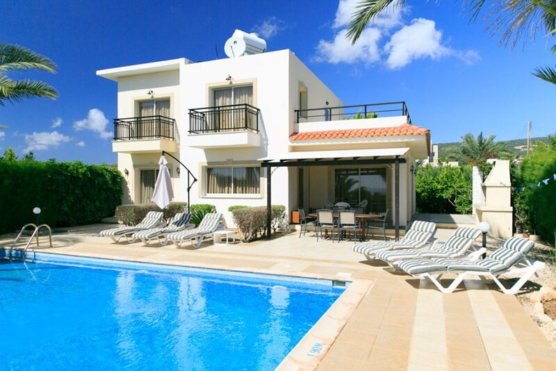 Villa Valia: Large Private Pool, Walk to Beach, Sea Views, A/C, WiFi, alquiler vacacional en Lara