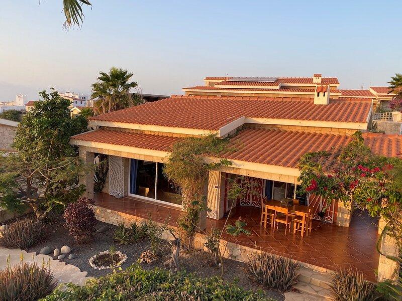 Cliff top villa | ocean views | infinity pool | tropical garden | 50m beach, alquiler de vacaciones en Vila do Maio
