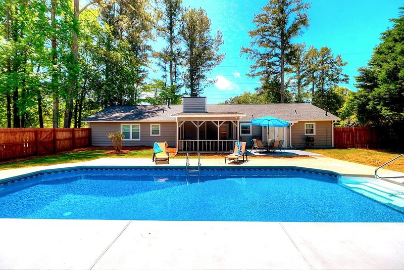 Kennesaw Oasis -Private Pool Comfy 4BDR Sleeps 14+, holiday rental in Cartersville
