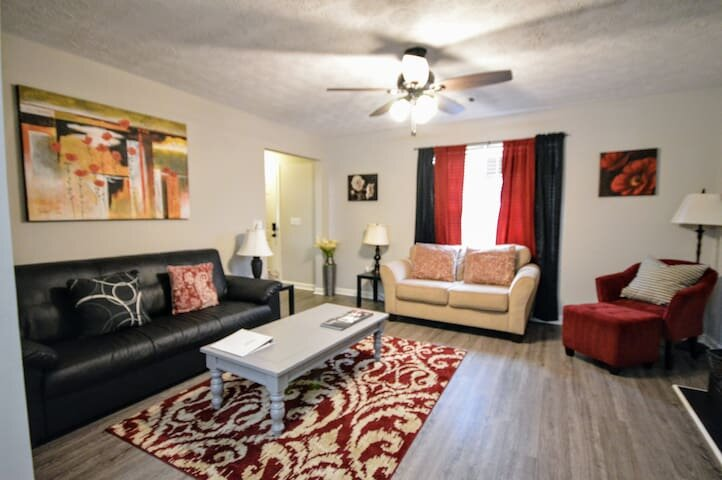 Comfy, Convenient. 1 mile to I-75. Sleeps 12    mg, holiday rental in Cartersville