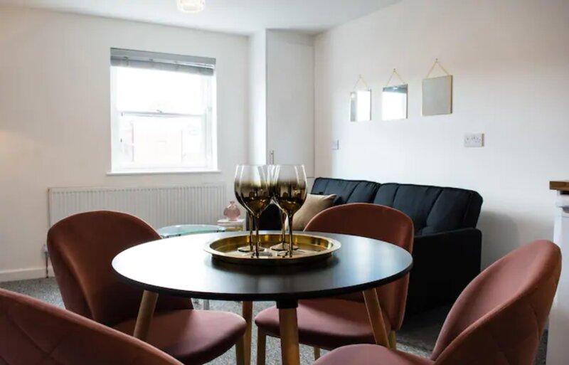 Neville Suite 1 Bedroom Apartment Leamington Spa, holiday rental in Lighthorne