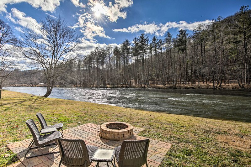 NEW! 'River's Edge' - Ultimate Riverfront Getaway, aluguéis de temporada em Warne