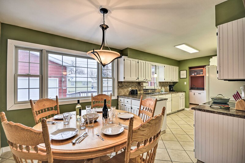 NEW! Inviting Sheridan Home w/ Theater Room + Deck, holiday rental in Sheridan