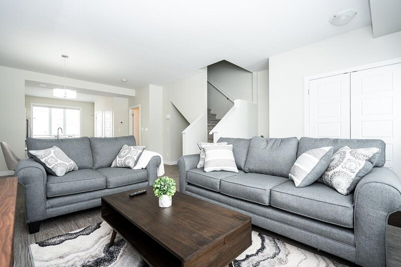 Modern Townhouse | 3 Bdr | King Bed + Parking, vacation rental in Winnipeg