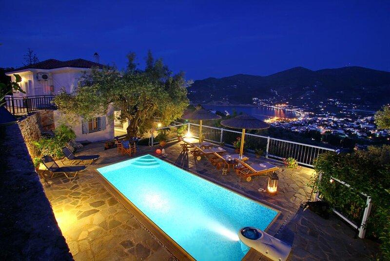Villa Avaton Magnificent sea view and Skopelos town, location de vacances à Ville de Skopelos