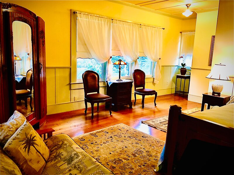 Elegant Queen's Royal Suite in the Boutique BnB, holiday rental in Kapaau