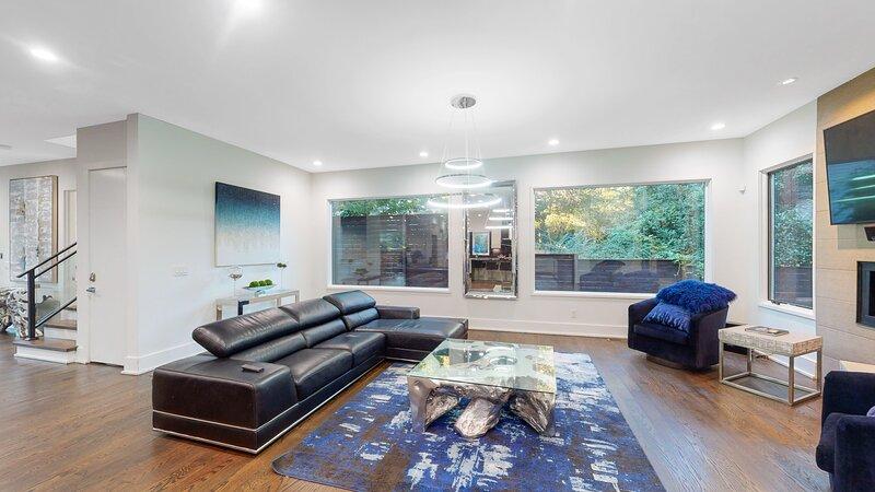 Buckhead 3-Story Modern Multi Million Dollar Home, holiday rental in Clarkston