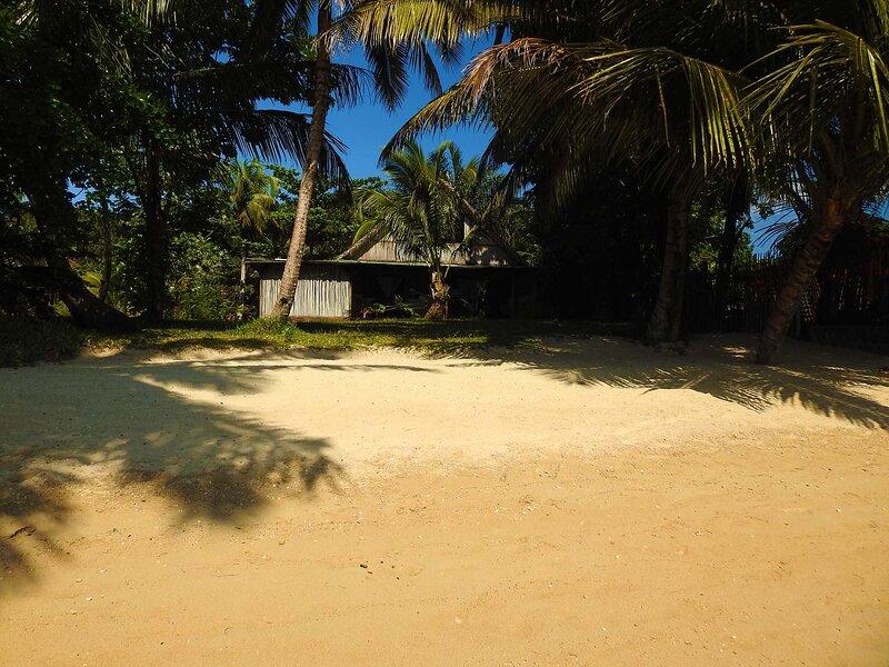 Villa Oeonellia, pieds dans l'eau, avec piscine et plage,et employés de service, location de vacances à Toamasina Province