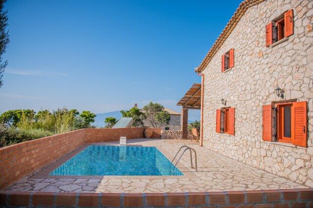 Villa Eleni - private pool, breathtaking views across the Ionian, alquiler vacacional en Anafonitria