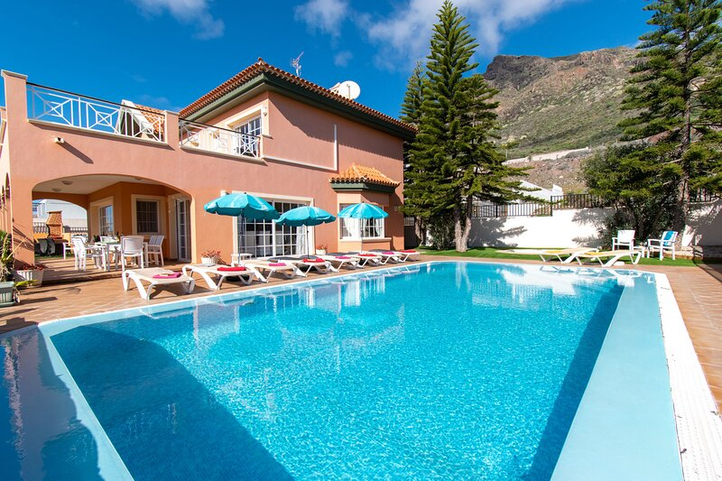 Villa Angelica  5 bedrooms 5 bathrooms – semesterbostad i Adeje