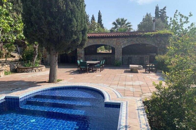 Stunning Aegean villa w/ pool & garden in Bodrum, alquiler de vacaciones en Gundogan