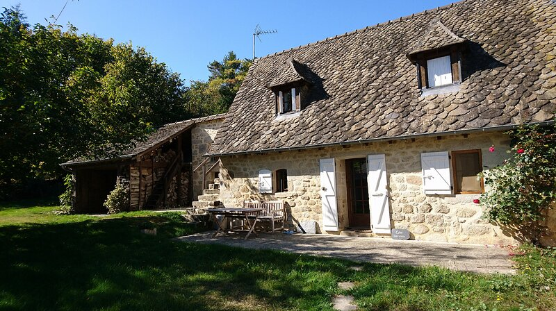 Charming Cottage for rent in rural Goulles, holiday rental in Rilhac-Xaintrie