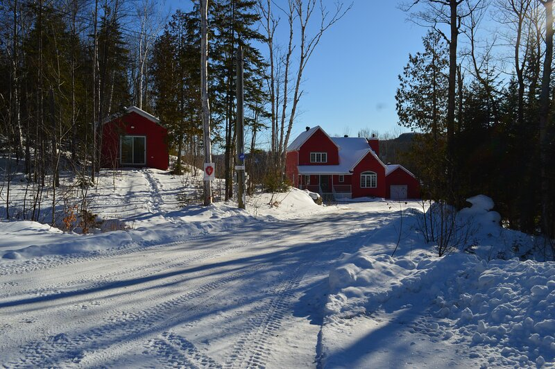 Red Acres Cottage - Spacious and Private, holiday rental in Sainte-Lucie-des-Laurentides