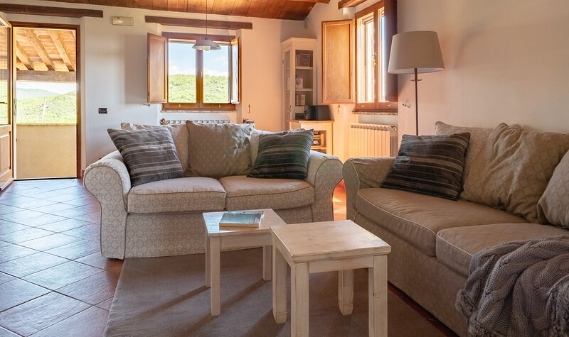 Relaxing hillside family accommodation with pool, holiday rental in Colle Umberto I