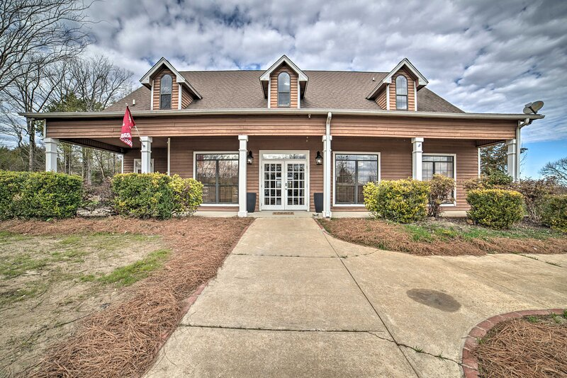 NEW! Large Group Retreat - Starkville Clubhouse!, vacation rental in Columbus