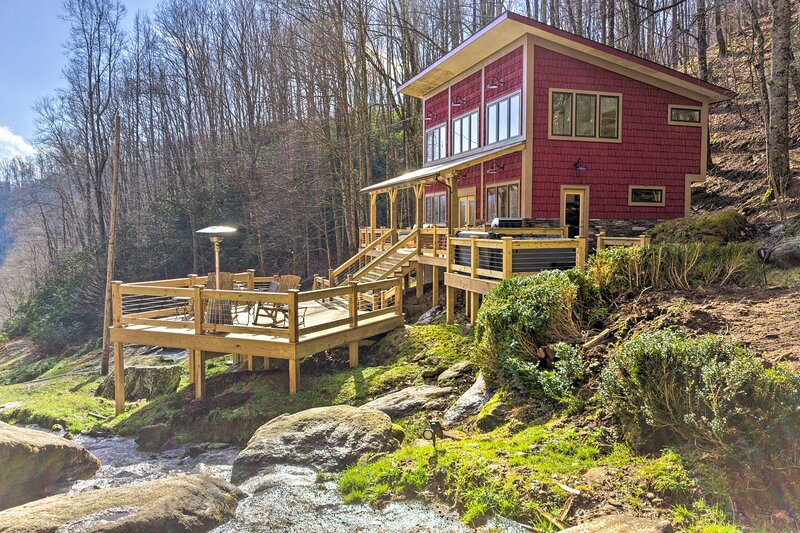 NEW! Hideaway w/ Hot Tub, Fire Pits & Waterfalls!, holiday rental in Hot Springs
