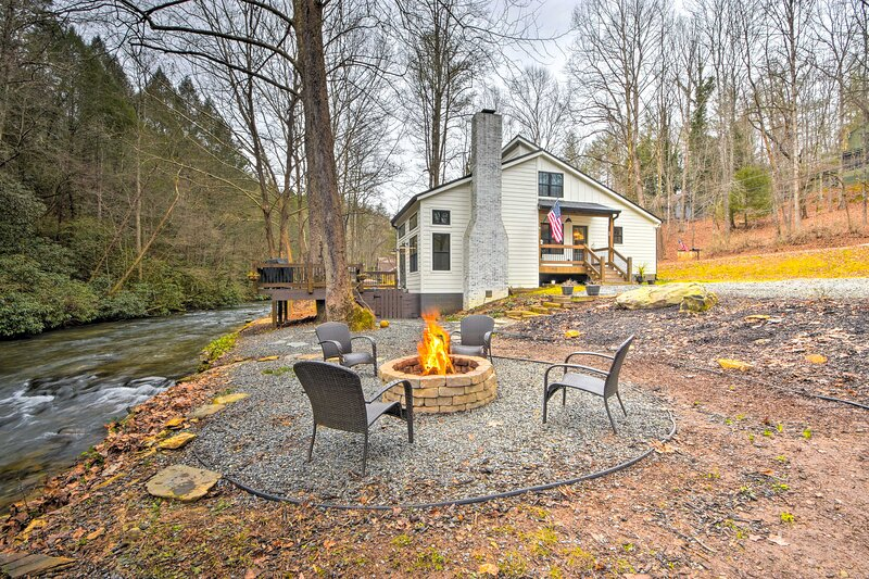 NEW! Mountaintown Creek Escape w/ Fire Pit & Deck!, casa vacanza a Chatsworth