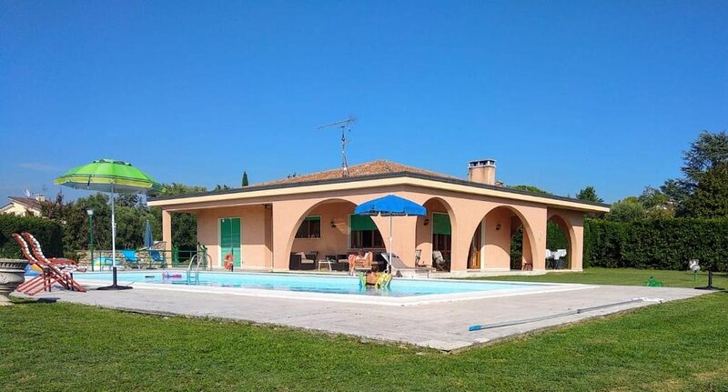 """Villa """"Tosca"""" sulle colline di BARDOLINO con piscina privata e vista lago, holiday rental in Bardolino"""