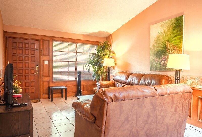 Vista Verde 102, Cozy 2 bedroom, 2 bathroom, 2 car garage in Brownsville, vacation rental in Brownsville