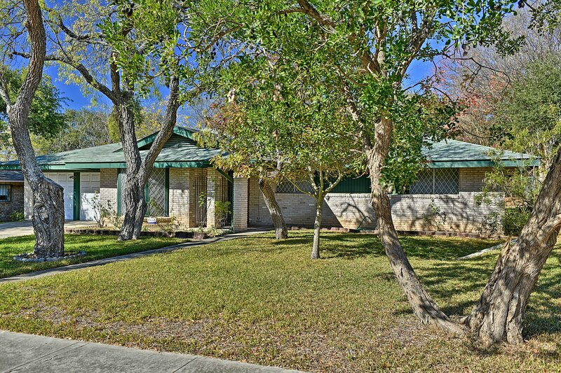 NEW! N. San Antonio Family Home, 8 Mi to Airport, holiday rental in Castle Hills
