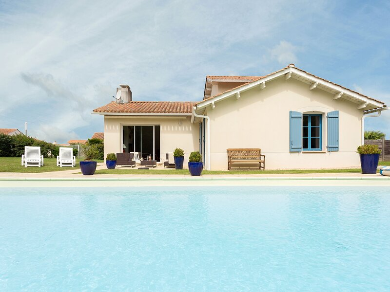 Spacious villa with private swimming pool near a golf course, location de vacances à Saint-Maixent-sur-Vie