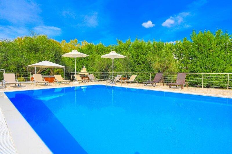 Alex Villa Dio: Large pool, near beach, private, sleeps 6, holiday rental in Dassia