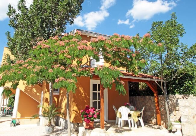 Vinjerac Holiday Home Sleeps 5 with Air Con and WiFi - 5882099, vacation rental in Slivnica