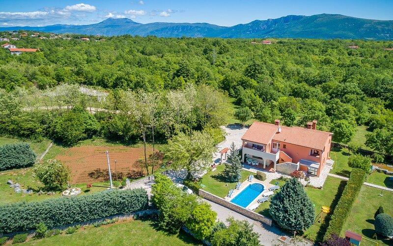 Villa Santa Domenica - Four Bedroom Villa with Private Pool, location de vacances à Nedescina