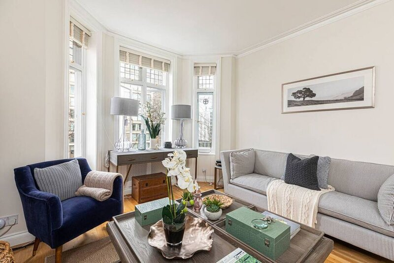 Stylish 3-bed flat w/ balcony in West Kensington, vacation rental in Hounslow