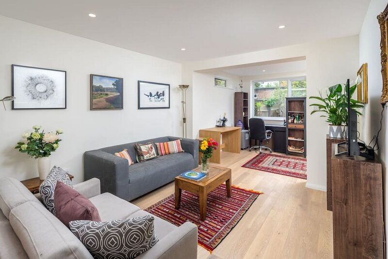 Stylish 2-bed flat w/ private garden in Tooting, South London, vakantiewoning in Mitcham