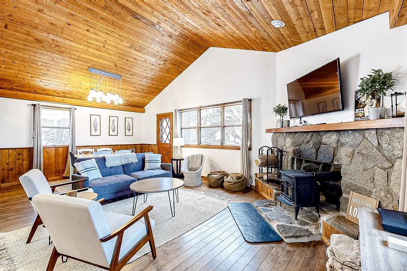 Remodeled Ski Chalet W/ Wood Stove & Shuttle Route Between Two Ski Mountains, holiday rental in Fayston