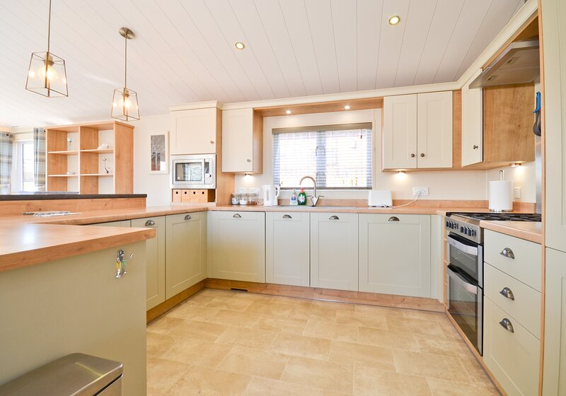 Spacious kitchen - Ashey - Wight Holiday Lettings