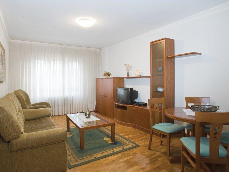 Apartamentos La Aurora - Hospital San Pedro - CIBIR, holiday rental in Ausejo