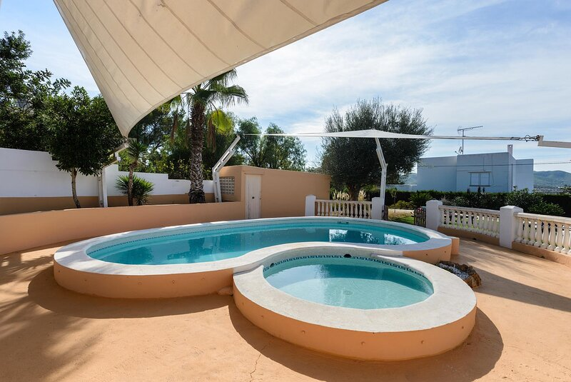 Casa Christa, with private pool and tennis court., alquiler de vacaciones en Ibiza