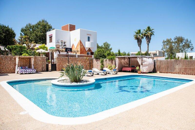 Villa Can Llucia Ibiza Casa de estilo Ibicenco con piscina excelente para grupos, holiday rental in San Agustin